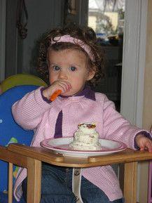 Jetzt bin ich schon 1 Jahr alt und vernasche meine Geburtstagstorte allein!