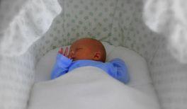 Krachmacher im Babybett