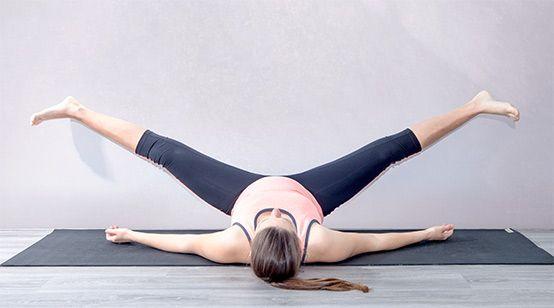 Yogaübung  Passive Grätsche (Supta Ugrasan) zur Geburtsvorbereitung