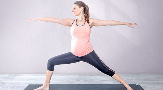 Yogaübung Krieger 2 (Virabhadrasana 2) zur Geburtsvorbereitung