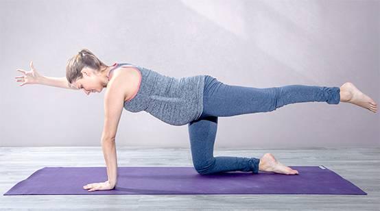 Yoga-Übung diagonale Katze gegen Rückenschmerzen in der Schwangerschaft