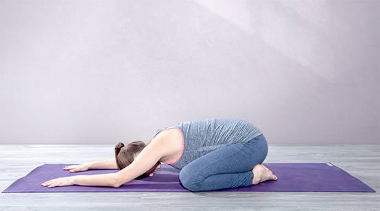 Yogaübung Stellung des Kindes (Garbhasana) gegen Rückenschmerzen in der Schwangerschaft