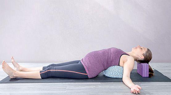 Yogaübung liegender Halbmond (Chandrasan) für Schwangere und Stillende