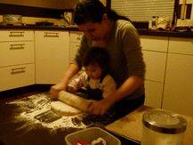 Amelie 18 Monate & ich beim Plätzchen backen am 1 Advent
