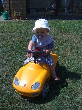 Mirco testet das Auto von seinem Kumpel
