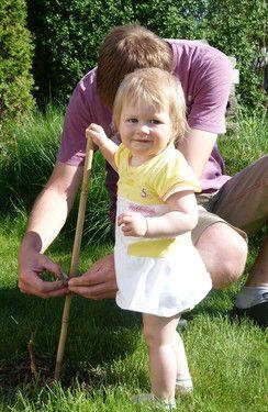 Ich helfe Papa im Garten...