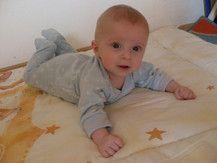 Baby Leon draußen