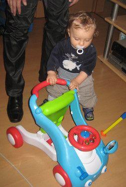Tyler und sein Lauflernwagen