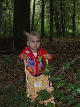 Mit dem Puppenbuggy durch den Wald