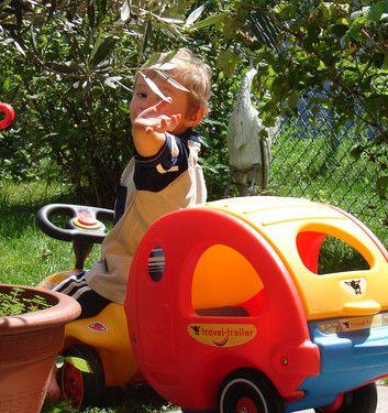 Unser kleiner mit seinem Bobby-Car