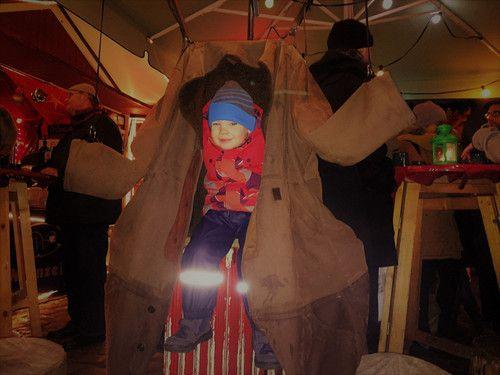 Auf dem Weihnachtsmarkt mit einer Jacke mit Heizung