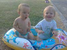 Mein kleiner Max (rechts) in seinem tollen Boot xD