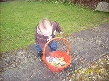 oskar beim eiersuchen