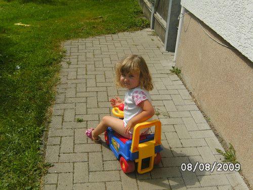 lara sophie auf dem auto