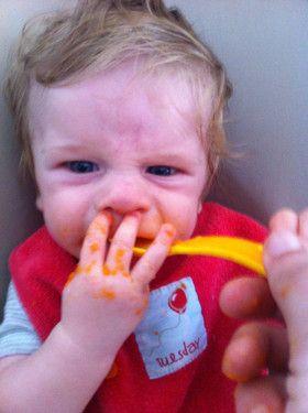 Meine erste Begegnung mit dem leckerem Karottenbreichen von Mama..