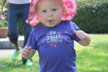 Idas erste Schritte ohne Schuhe auf dem Rasen. Irgendwie kitzelt das!!
