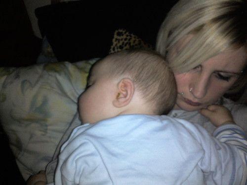 ER schläft auf Mama´s Arm :)