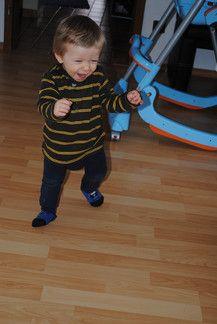 leon freut sich über seine ersten Schritte