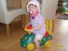 Emily Sophie mit ihrem Rutsche-Auto