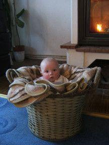 baby im osterkörbchen