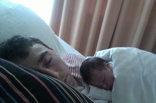 Mein erstes Nickerchen auf Papa