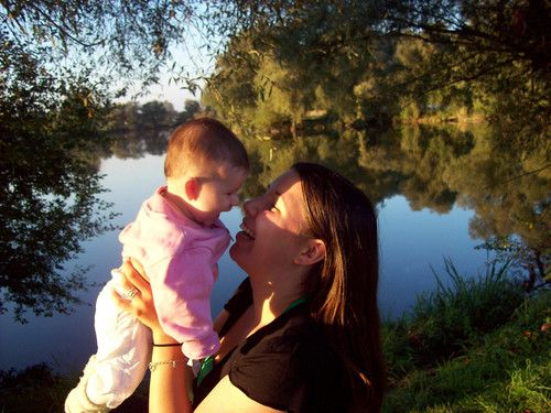 Amelie & ich genießen die letzten Sonnenstrahlen am See