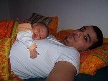 Rhita auf Papas Bauch