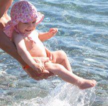 Erster Badespaß im Meer
