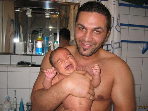 Papa mit Söhnchen bei der Pflege
