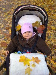 Patricia beim Blätterfangen