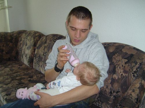 Papa gibt Fläschchen :)