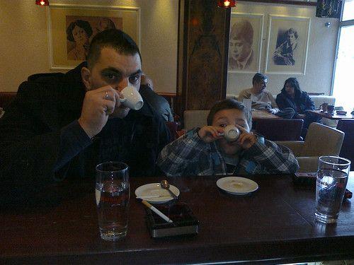 Papa und Sohn beim Kaffeeklatsch