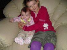 Baby Maya-Fay und Schwester Emily-Shyrlin